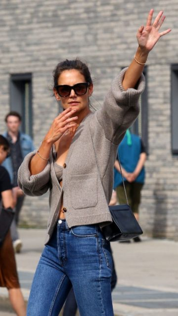Katie Holmes – Catching a Cab in NYC