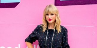 "Taylor Swift – Posing in Front of a Mural For Her New Album ""Lover"" in NY"