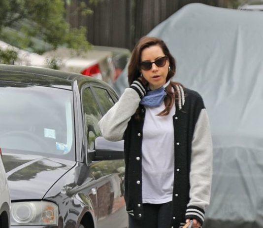 Aubrey Plaza – Walking With Her Dogs in Los Angeles