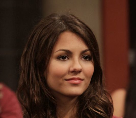 "Victoria Justice In ""Victorious"" S1E3 Photos"
